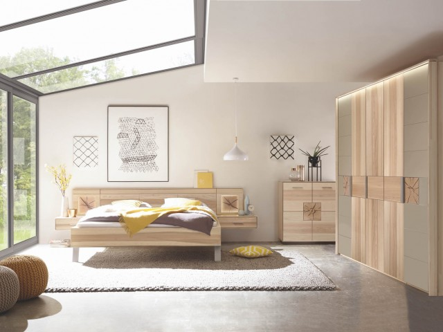 <p><strong>Schlafzimmer Hirnholz, taupe</strong><br /> Massives Schlafzimmer mit Hirnholzscheiben Absetzung Colorglas taupe.<br /> &nbsp;</p>